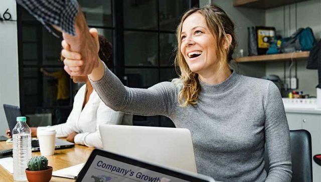 Cómo implementar una estrategia de cultura de experiencia de servicio al cliente